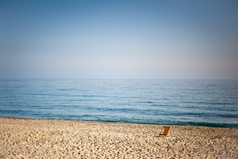 Ein leeres Liege auf dem Strand lizenzfreie stockbilder