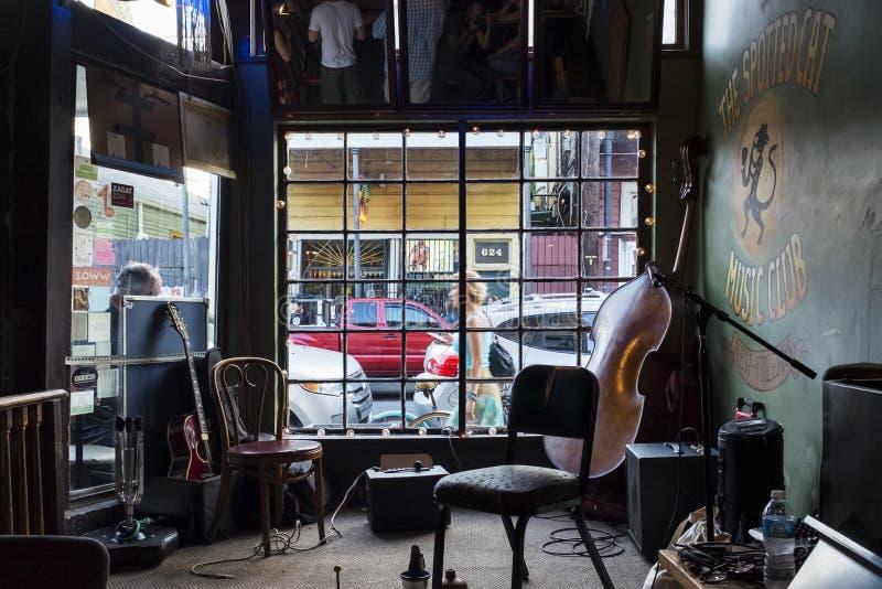 Ein leeres Stadium mit Musikinstrumenten, bei beschmutzten Cat Music Club in der Stadt von New Orleans, Louisiana stockfotos