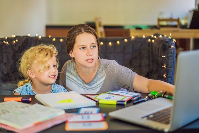 Ein Lehrer, ein Tutor für Hausunterricht und ein Lehrer am Tisch Oder Mutter und Tochter homeschooling stockfotografie