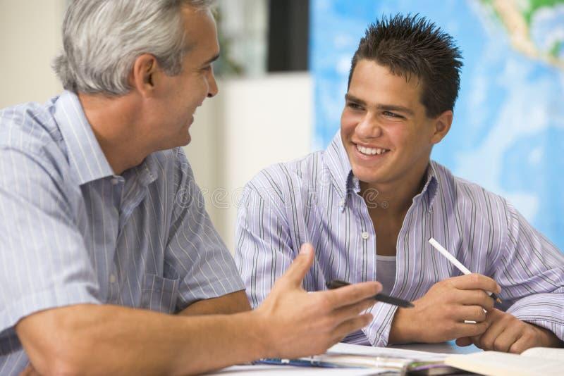 Ein Lehrer weist einen Schüler an lizenzfreies stockbild