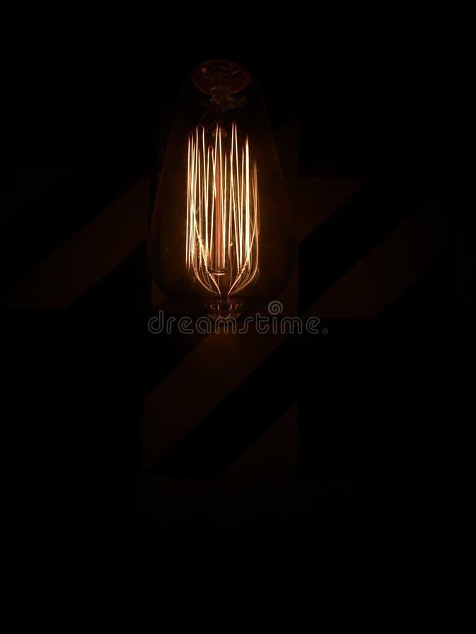 Ein Licht in der Dunkelheit des Nachtlebens stockbild