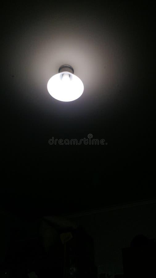 Ein Licht in einer Dunkelkammer lizenzfreies stockfoto