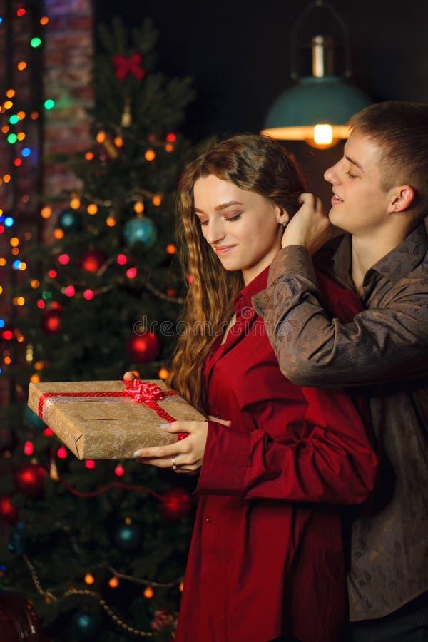 Ein liebevolles Paar feiert Weihnachten lizenzfreie stockfotos