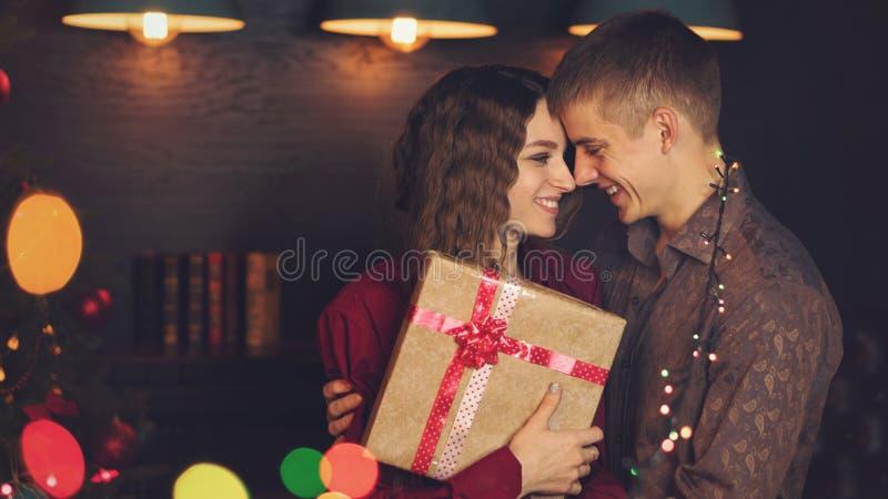 Ein liebevolles Paar feiert Weihnachten stockfoto
