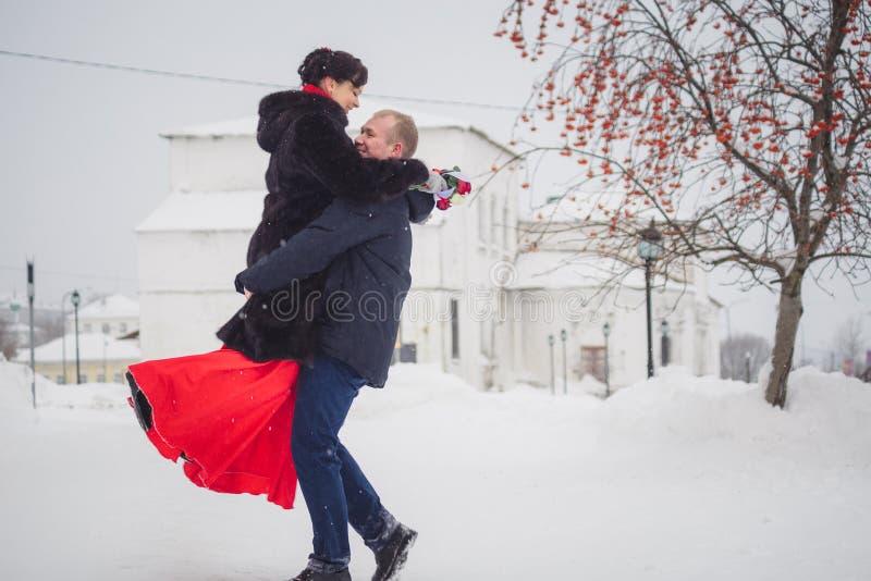 Download Ein Liebevolles Paar Geht In Winter Auf Dem Hintergrund Des Historischen Anblicks Stockfoto - Bild von park, draußen: 90232576