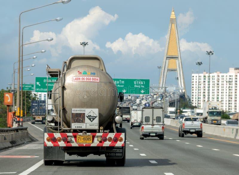 Ein LKW mit einer Behälterfahrt auf der Autobahn zur Brücke lizenzfreie stockbilder