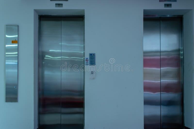 Ein lokalisiertes Vorderansichttrieb von zwei Aufzügen mit Metalltüren lizenzfreie stockbilder
