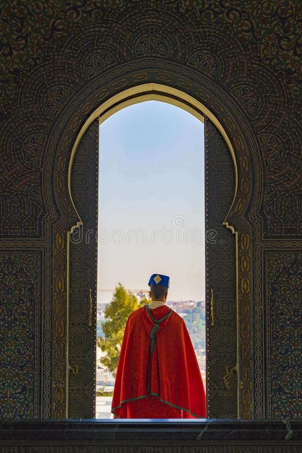 Ein loyaler Schutz zum Mausoleum von Mohamed V stockfotografie