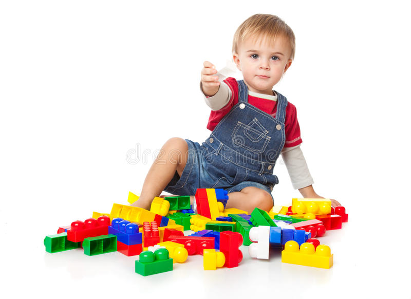 Ein lustiger Junge spielt mit lego lizenzfreie stockfotografie