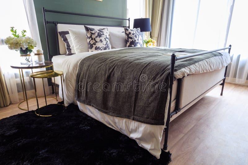 Ein Luxushauptschlafzimmer mit warmem Licht lizenzfreie stockbilder