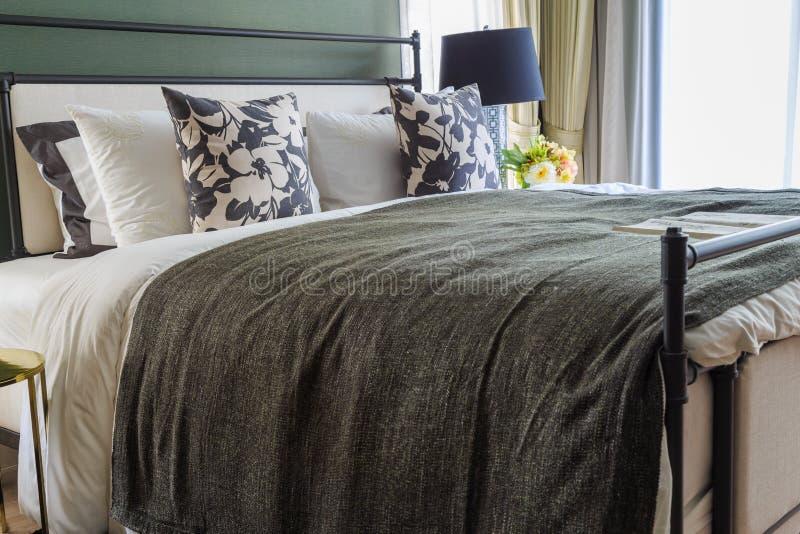 Ein Luxushauptschlafzimmer mit warmem Licht stockfoto