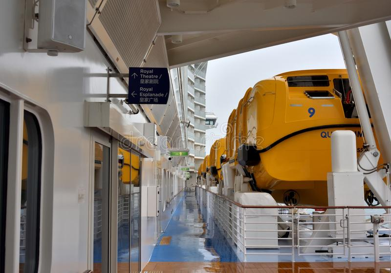 Ein Luxuskreuzfahrtschiff und ein Rettungsboot stockfotos