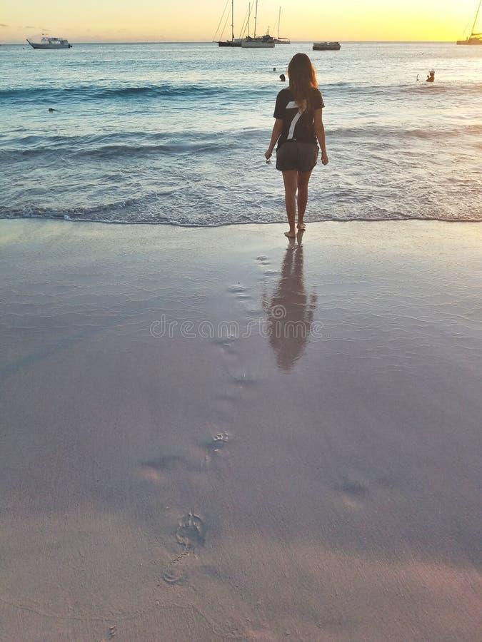 Ein Mädchen auf dem Strand schwitzt in einem Badeanzug auf der Insel von Barbados stockfotos