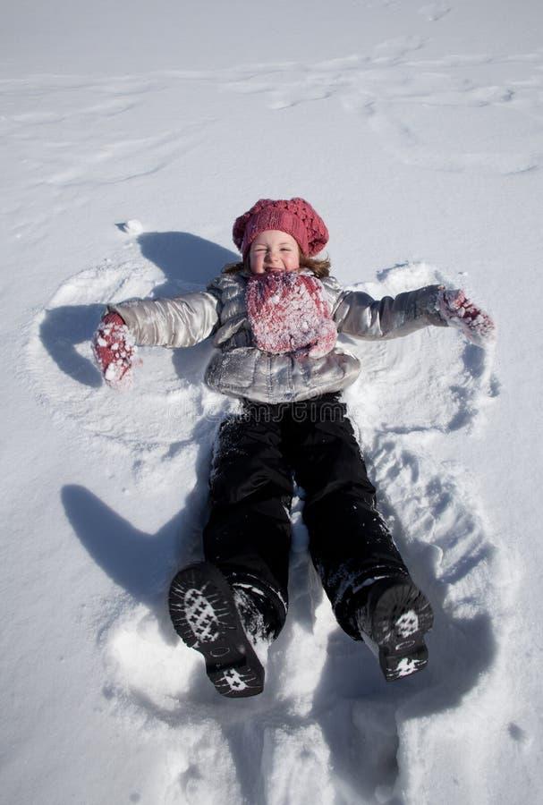 Ein Mädchen auf Schnee stockfotografie
