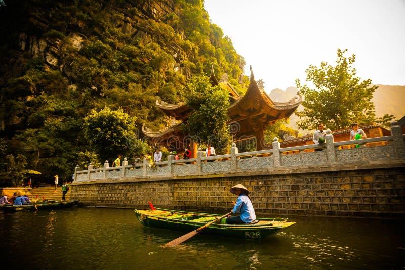 Ein Mädchen auf trang ein Fluss lizenzfreie stockfotografie