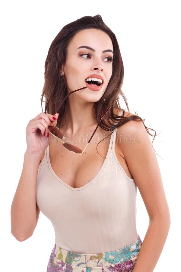 Ein Mädchen, beiseite schauend, öffnen weit sich und halten Sonnenbrille nahe ihrem Mund Getrennt stockfotos