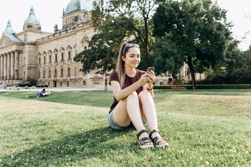 Ein Mädchen benutzt einen Handy stockfoto