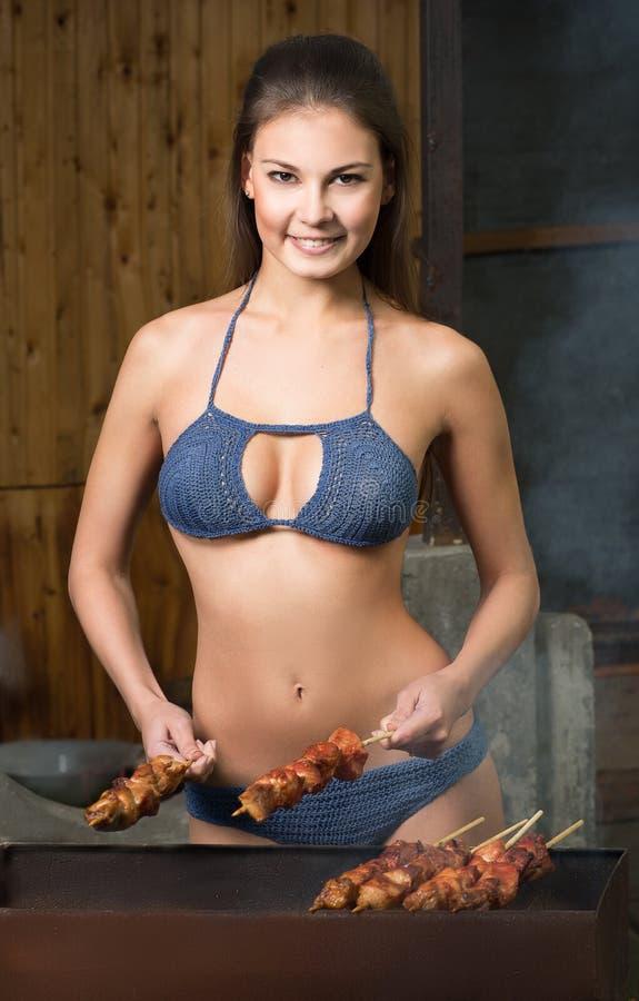 Ein Mädchen bereitet Fleisch zu stockfotos