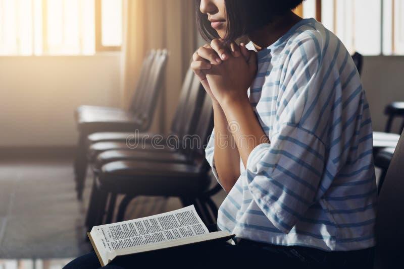 Ein Mädchen betet mit heiliger Bibel stockfoto