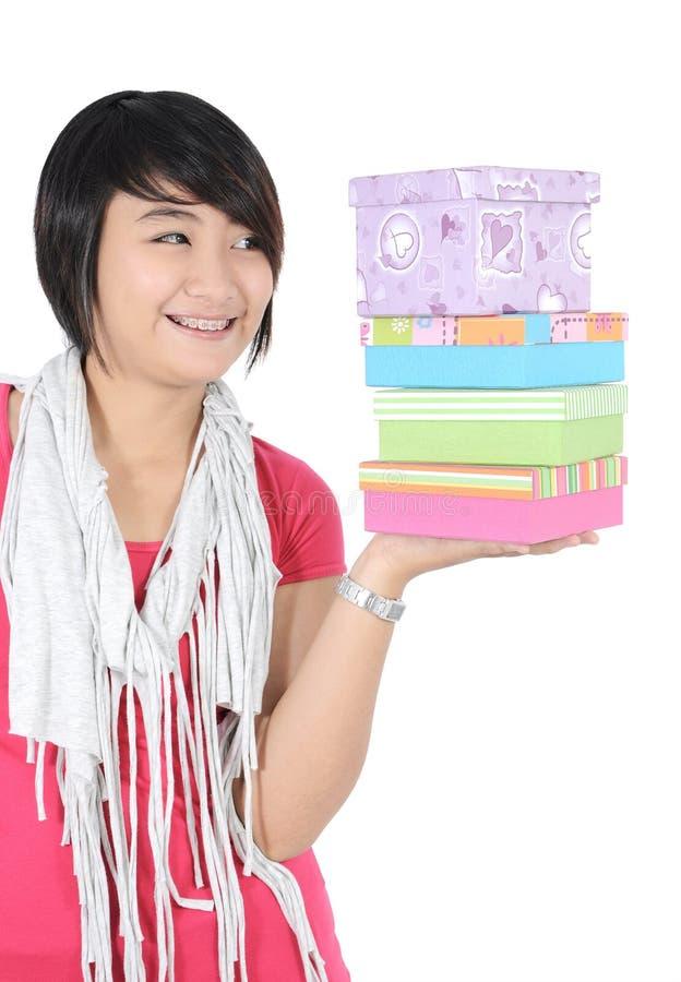 Ein Mädchen blickte auf den Stapel von Geschenken flüchtig stockfotos