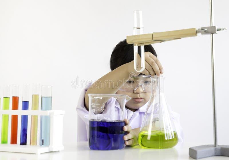 Ein Mädchen, das über Wissenschaft und Experiment leidenschaftlich ist stockbilder