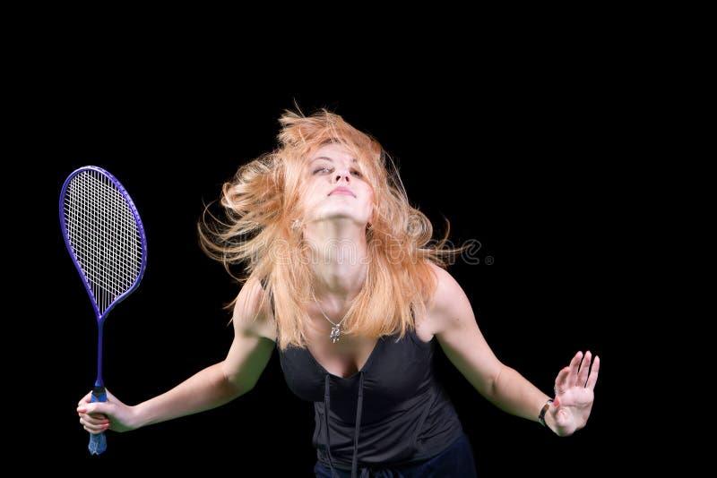 Ein Mädchen, das Badminton spielt lizenzfreie stockfotos