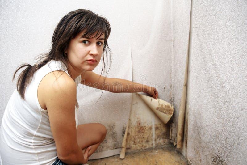 Ein Mädchen, das Formpilz ohne Respiratormaske entfernt lizenzfreie stockfotografie