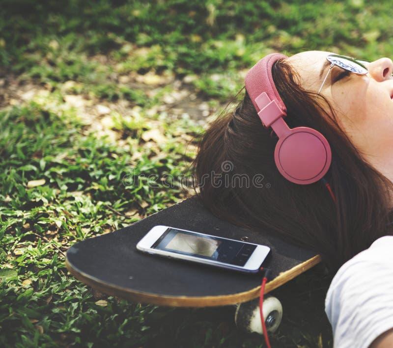Ein Mädchen, das in das Gras legt lizenzfreie stockfotografie