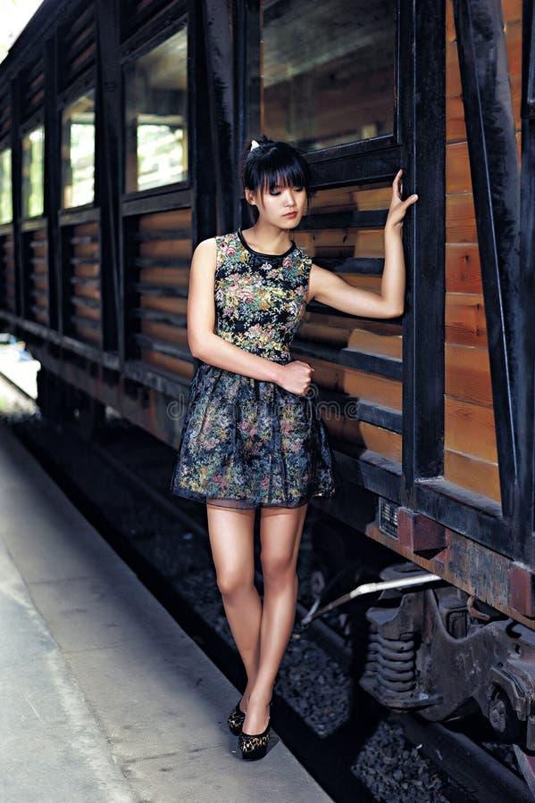Ein Mädchen in der verlassenen Fabrik lizenzfreies stockfoto