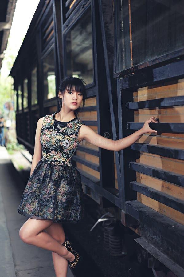 Ein Mädchen in der verlassenen Fabrik stockbild
