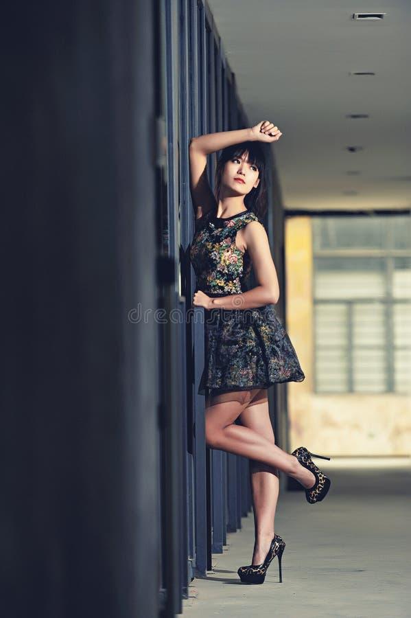 Ein Mädchen in der verlassenen Fabrik lizenzfreie stockbilder