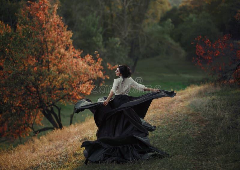 Ein Mädchen in einem Weinlesekleid lizenzfreies stockfoto