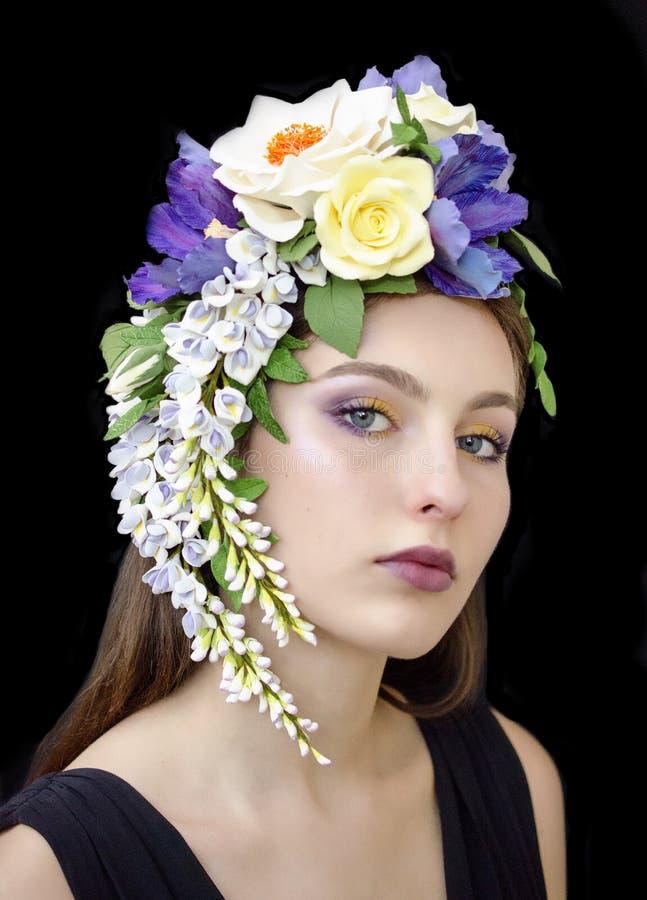 Ein Mädchen in einer Blumenkrone stockbilder