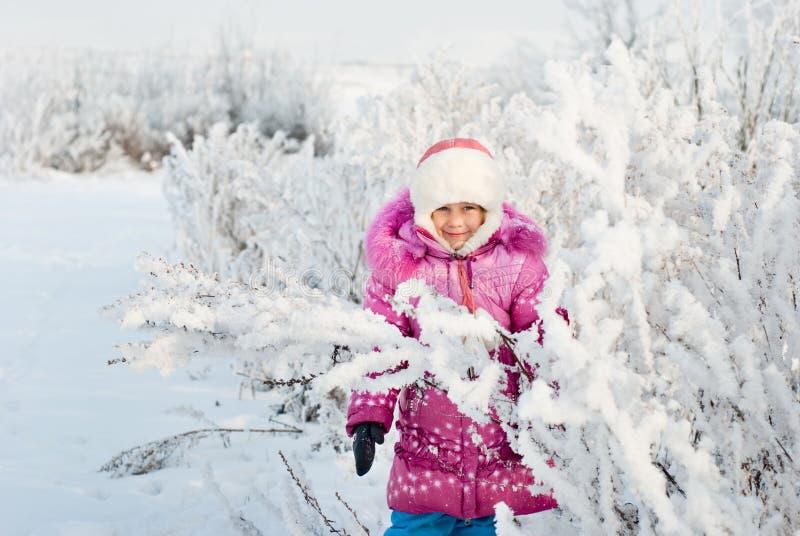 Ein Mädchen geht in Winter lizenzfreies stockfoto