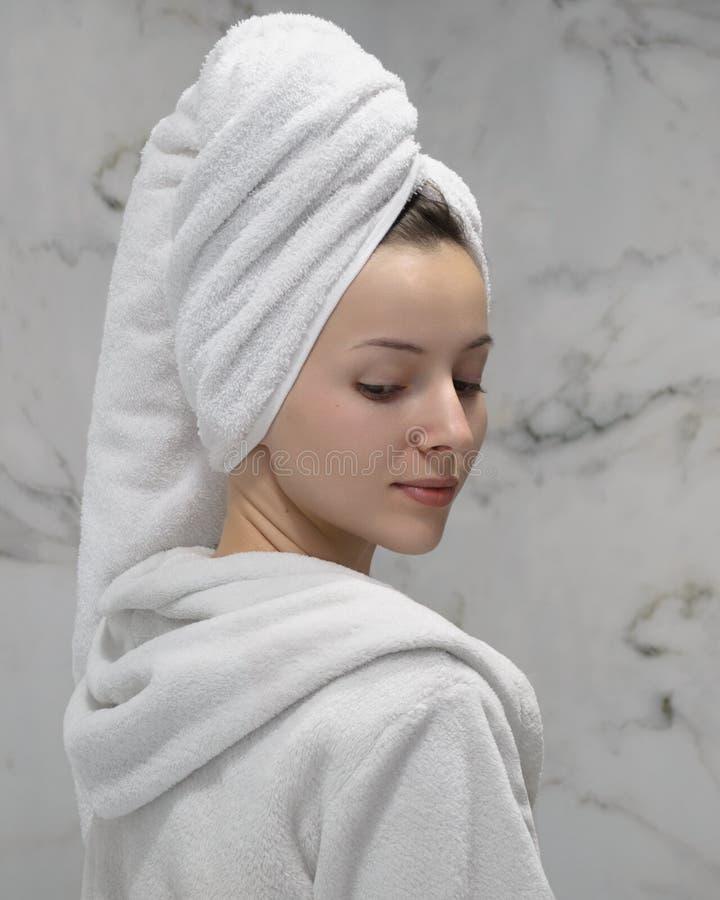 Ein Mädchen im Bademantel lizenzfreies stockbild