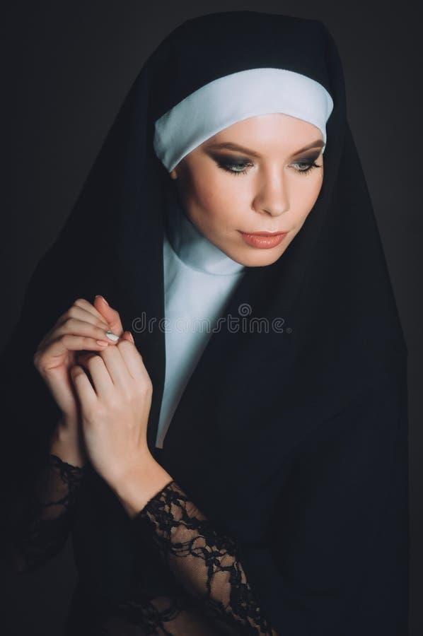 Ein Mädchen im Bild einer Nonne lizenzfreies stockfoto