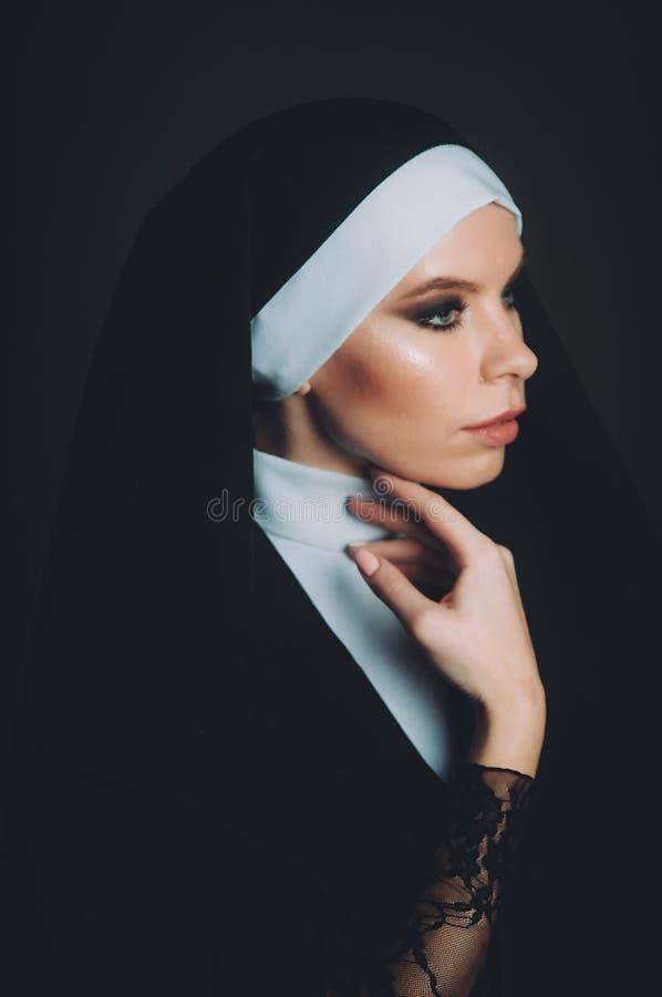 Ein Mädchen im Bild einer Nonne lizenzfreie stockfotografie