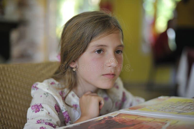Ein Mädchen im romantischen Kleid lizenzfreies stockfoto