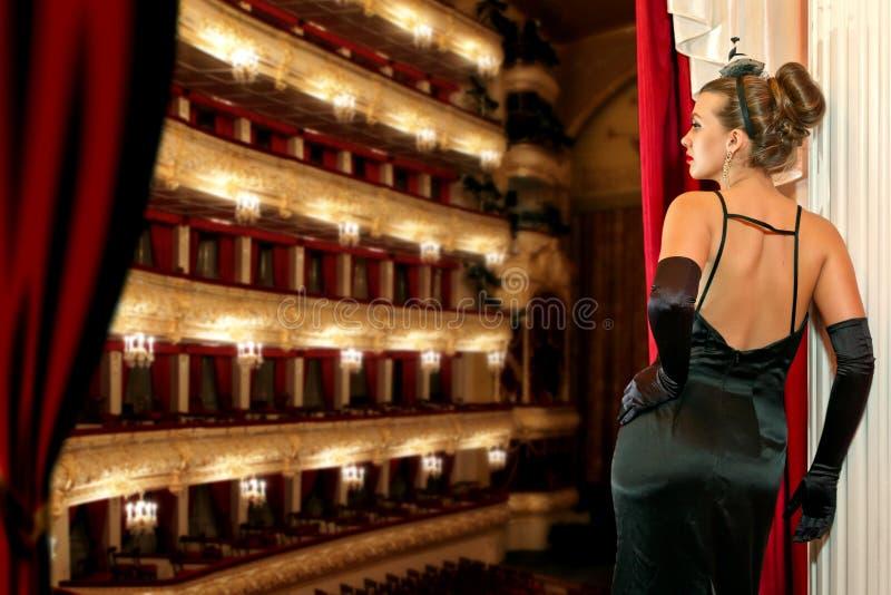 Ein Mädchen im Theater stockfotografie