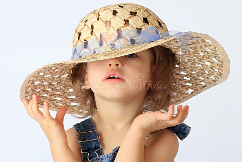 Ein Mädchen ist in einem Hut. stockfoto