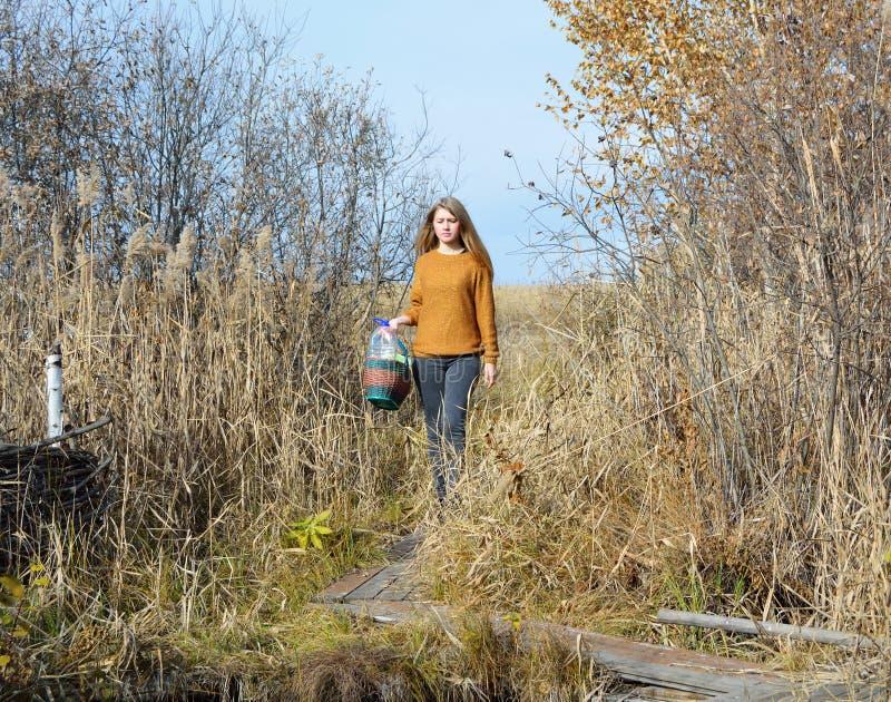 Ein Mädchen ist am Waldfrühling lizenzfreie stockfotos