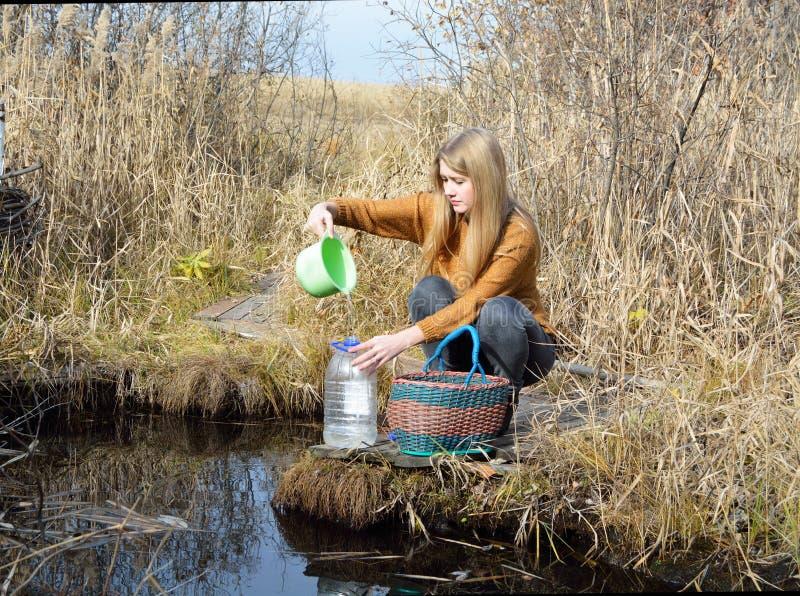 Ein Mädchen ist am Waldfrühling stockfotografie
