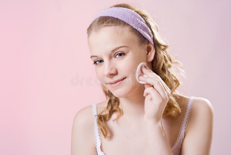 Ein Mädchen kümmert sich um der Haut lizenzfreie stockfotografie