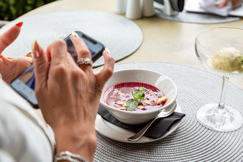 Ein Mädchen macht selfie Nahrung beim Zu Mittag essen in einem Restaurant Nahaufnahmekopienraum stockfotos