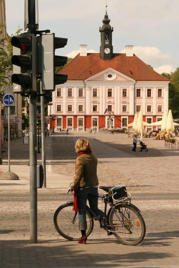 Ein Mädchen mit einem Fahrrad lizenzfreie stockfotografie