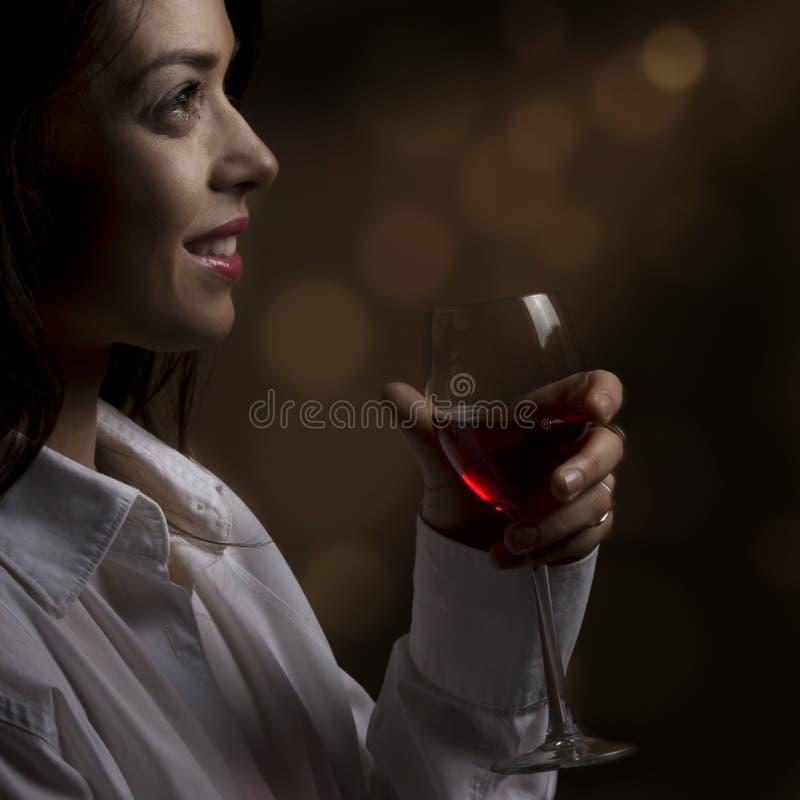 Ein Mädchen mit einem Glas Wein stockfoto