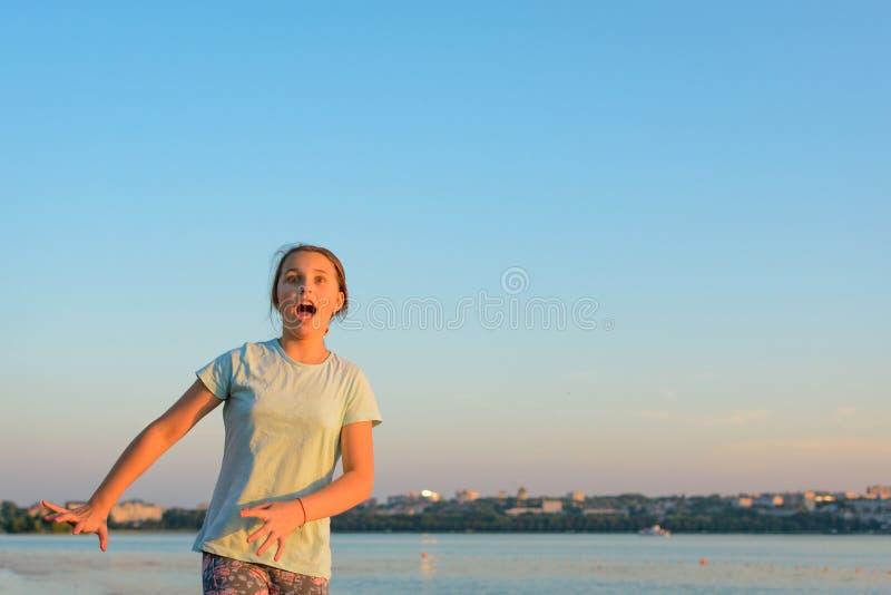 Ein Mädchen mit erschrockenen Gefühlen floh lizenzfreie stockbilder