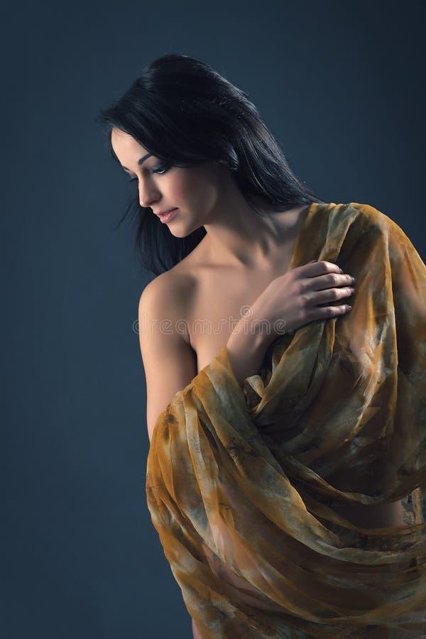 Ein Mädchen mit Umhang stockbild