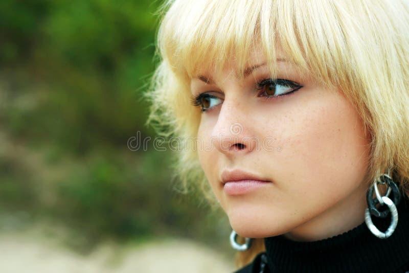Ein Mädchen schaut im Abstand lizenzfreie stockfotografie