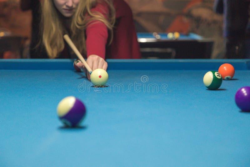 Ein Mädchen spielt ein Billard am Verein stockbild